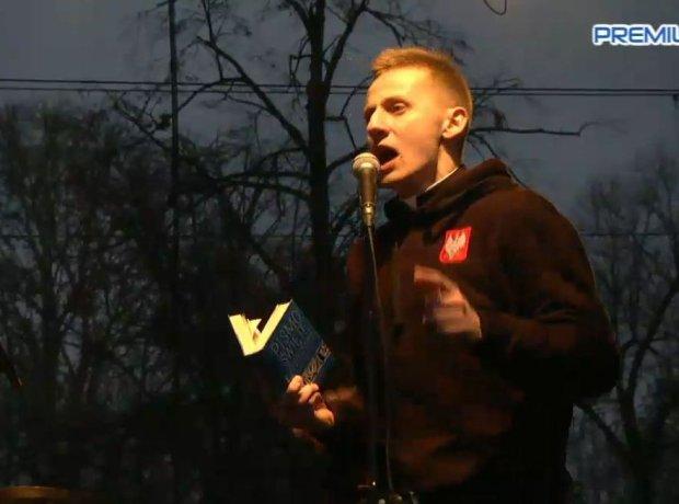 z19172896Q,Ks--Jacek-Miedlar-przemawia-do-uczestnikow-Marszu-